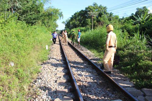 Người phụ nữ bị tàu hỏa kéo lê 50 mét tử vong khi băng qua đường sắt dân sinh - Ảnh 1