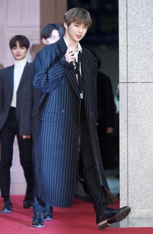 """Thảm đỏ """"Grammy xứ Hàn"""" ngày thứ nhất: Red Velvet đẹp tựa nữ thần! - Ảnh 9"""