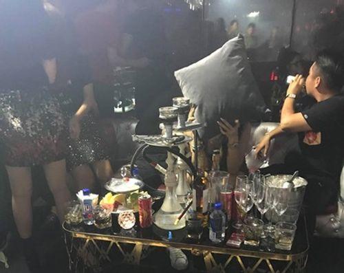 Kiểm tra quán bar, hàng trăm nam nữ nhốn nháo thoát thân - Ảnh 2