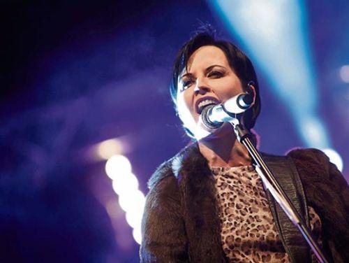 Ca sĩ chính của nhóm The Cranberries bất ngờ qua đời ở tuổi 46 - Ảnh 1