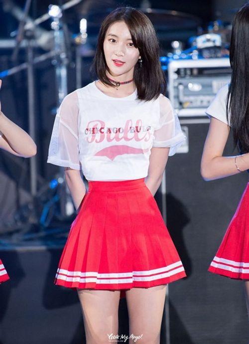 """Vòng eo quá nhỏ luôn phải """"buộc quần túm áo"""" của nữ idol Kpop - Ảnh 2"""