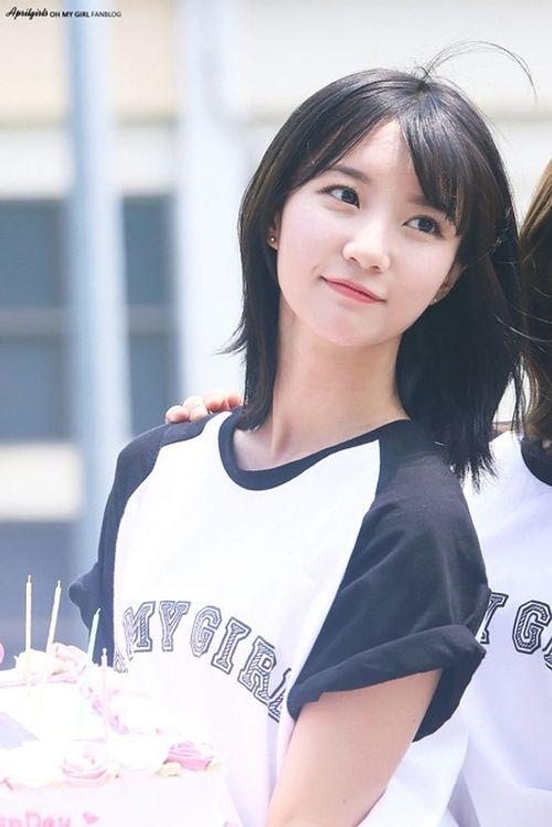 """Vòng eo quá nhỏ luôn phải """"buộc quần túm áo"""" của nữ idol Kpop - Ảnh 9"""