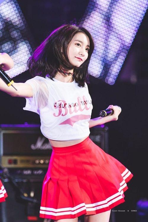 """Vòng eo quá nhỏ luôn phải """"buộc quần túm áo"""" của nữ idol Kpop - Ảnh 8"""