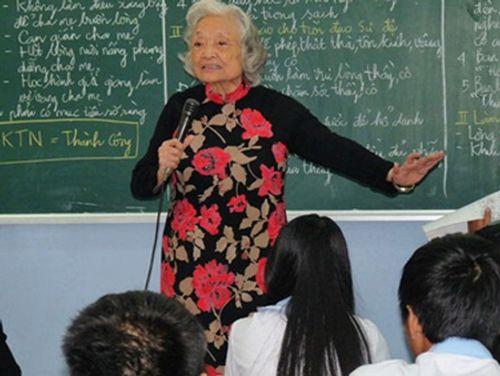 Bài giảng đạo đức thấm thía hút cả triệu lượt xem của cô giáo 87 tuổi - Ảnh 1