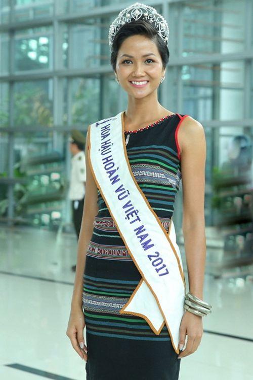 Hoa hậu H'Hen Niê rơi lệ hạnh phúc trong vòng tay người dân Ê Đê ngày trở về - Ảnh 3