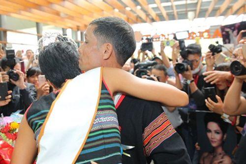 Hoa hậu H'Hen Niê rơi lệ hạnh phúc trong vòng tay người dân Ê Đê ngày trở về - Ảnh 5