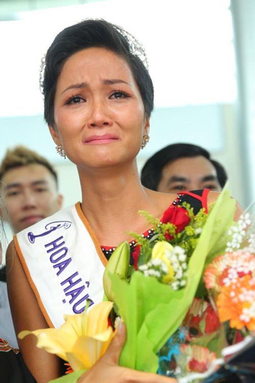 Hoa hậu H'Hen Niê rơi lệ hạnh phúc trong vòng tay người dân Ê Đê ngày trở về - Ảnh 4