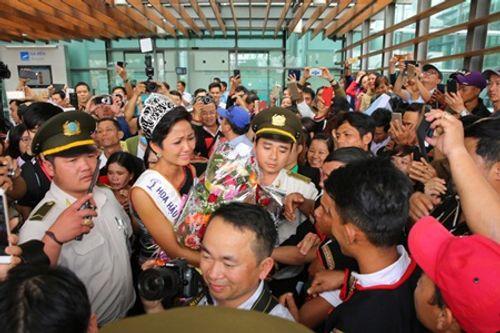 Hoa hậu H'Hen Niê rơi lệ hạnh phúc trong vòng tay người dân Ê Đê ngày trở về - Ảnh 7