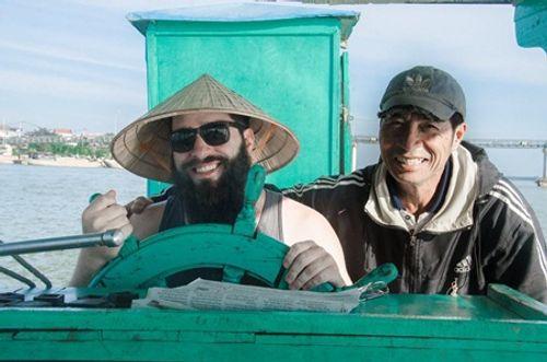 """Đạo diễn """"Kong"""" trở lại Việt Nam cùng gia đình sau vụ bị đánh - Ảnh 2"""
