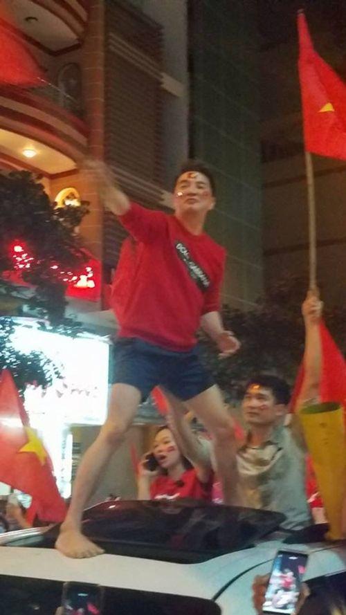 """U23 Việt Nam chiến thắng: Mr Đàm """"đi bão"""", Tóc Tiên muốn hôn Tiến Dũng - Ảnh 2"""