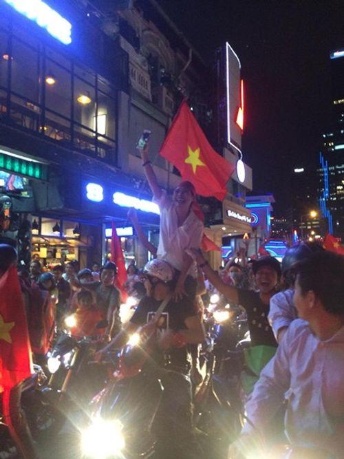 """U23 Việt Nam chiến thắng: Mr Đàm """"đi bão"""", Tóc Tiên muốn hôn Tiến Dũng - Ảnh 7"""