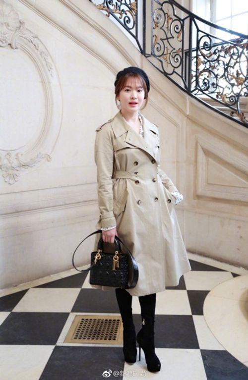 """Song Joong Ki - Song Hye Kyo """"nàng sến chàng sang"""" dự event ở Paris - Ảnh 4"""