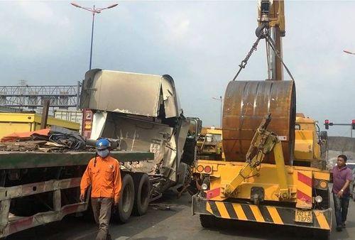 Hoảng hốt vì cuộn sắt hơn 20 tấn đứt xích lăn đè bẹp cabin container - Ảnh 1
