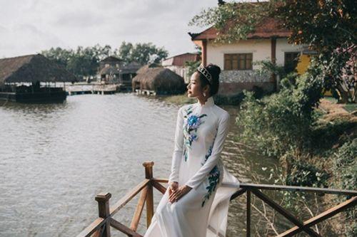 Á hậu Hoàng Thùy diện áo dài khoe dáng ở quê nhà - Ảnh 5