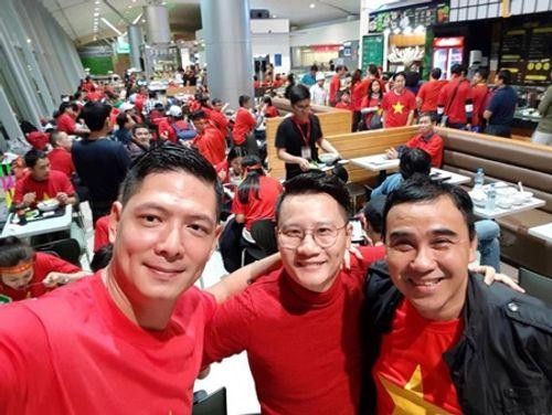 Bình Minh, Quyền Linh, Hoàng Bách đầy khí thế lên đường cổ vũ U23 Việt Nam - Ảnh 1