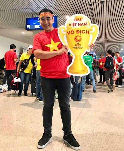 Bình Minh, Quyền Linh, Hoàng Bách đầy khí thế lên đường cổ vũ U23 Việt Nam - Ảnh 3