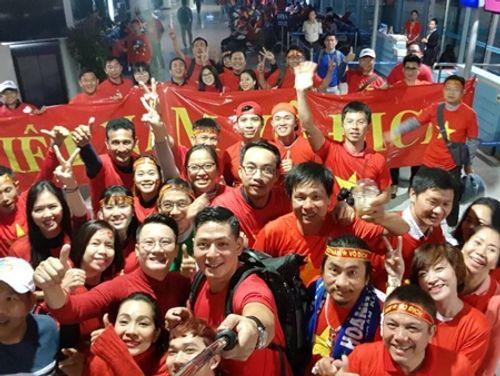 Bình Minh, Quyền Linh, Hoàng Bách đầy khí thế lên đường cổ vũ U23 Việt Nam - Ảnh 4