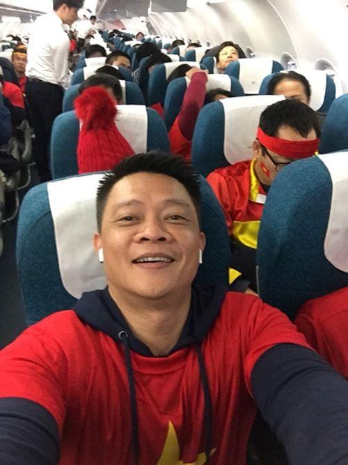Bình Minh, Quyền Linh, Hoàng Bách đầy khí thế lên đường cổ vũ U23 Việt Nam - Ảnh 7