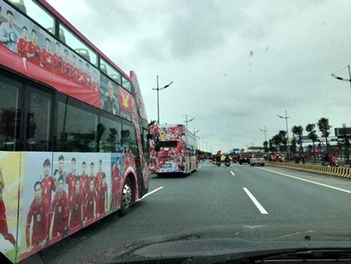 Lễ chào mừng U23 Việt Nam: Các cầu thủ lên xe bus diễu hành - Ảnh 28