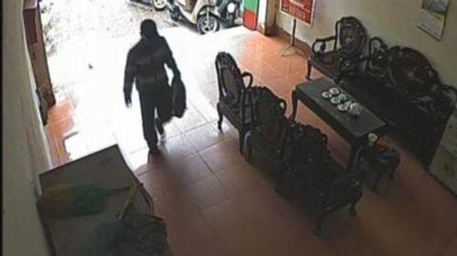 Nghi phạm cướp ngân hàng ở Bắc Giang mang theo bom giả - Ảnh 1
