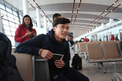 """Hàng nghìn người hâm mộ hô vang """"Việt Nam vô địch"""", chờ đón U23 tại sân bay Nội Bài  - Ảnh 4"""