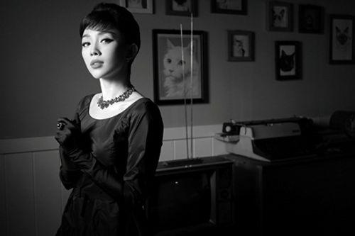 """Thay vì gợi cảm, Tóc Tiên bất ngờ đổi style """"kín cổng cao tường"""" - Ảnh 4"""
