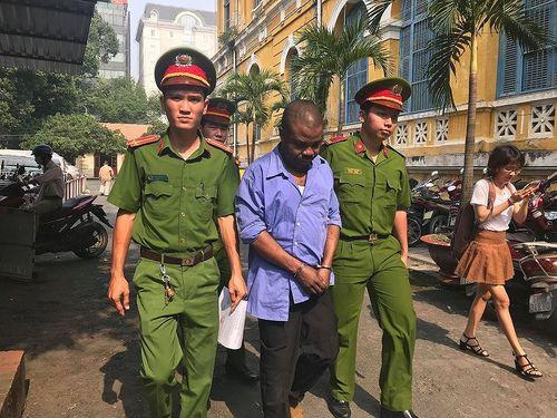 Người ngoại quốc lĩnh 18 tháng tù vì rút tiền phi pháp ở Sài Gòn - Ảnh 1