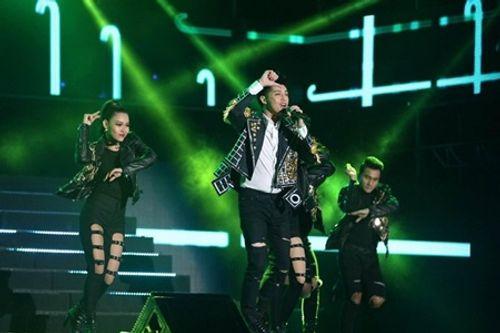 Noo Phước Thịnh phải ngừng hát vì bị ném ly lên sân khấu - Ảnh 3
