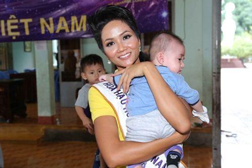 Hoa hậu Hoàn vũ H'hen Niê đi từ thiện sau đăng quang - Ảnh 12