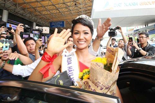 Tân Hoa hậu H'Hen Niê được fan vây kín khi vừa xuống sân bay - Ảnh 7