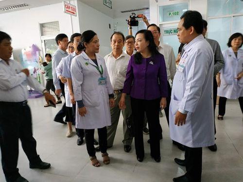 Bộ trưởng Bộ Y tế chỉ ra điều quan trọng trong công tác điều trị dịch tay chân miệng - Ảnh 1