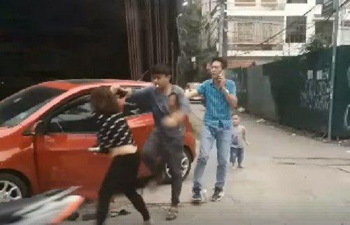 Phẫn nộ người chồng túm tóc, đánh vợ giữa đường mặc con nhỏ gào khóc - Ảnh 1