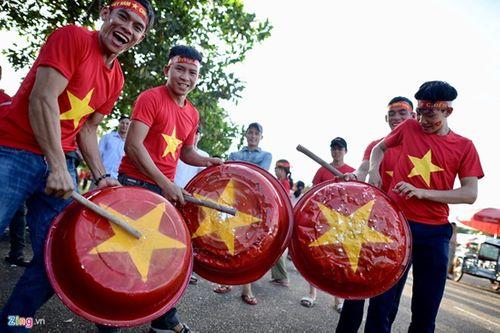 CĐV Việt Nam mang sắc đỏ phủ kín sân vận động quốc gia Lào - Ảnh 3