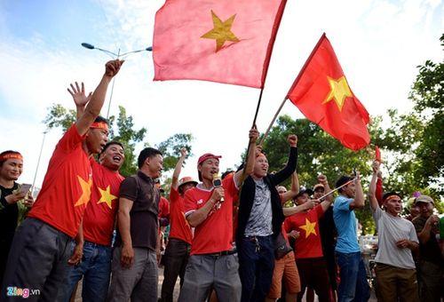 CĐV Việt Nam mang sắc đỏ phủ kín sân vận động quốc gia Lào - Ảnh 4