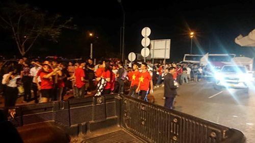 CĐV Việt Nam mang sắc đỏ phủ kín sân vận động quốc gia Lào - Ảnh 9
