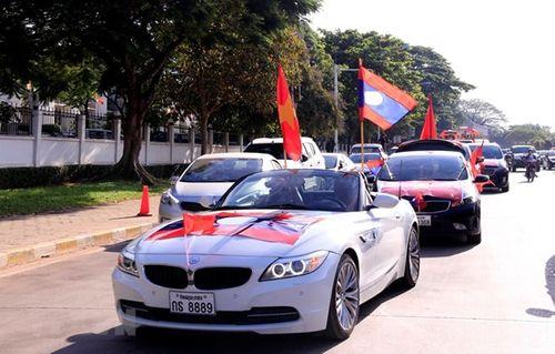 CĐV Việt Nam mang sắc đỏ phủ kín sân vận động quốc gia Lào - Ảnh 5