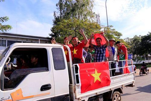 CĐV Việt Nam mang sắc đỏ phủ kín sân vận động quốc gia Lào - Ảnh 6