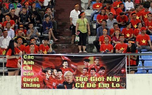CĐV Việt Nam mang sắc đỏ phủ kín sân vận động quốc gia Lào - Ảnh 7
