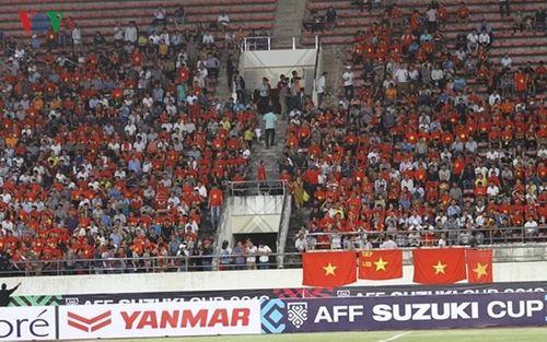 CĐV Việt Nam mang sắc đỏ phủ kín sân vận động quốc gia Lào - Ảnh 8