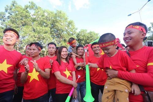 CĐV Việt Nam mang sắc đỏ phủ kín sân vận động quốc gia Lào - Ảnh 2