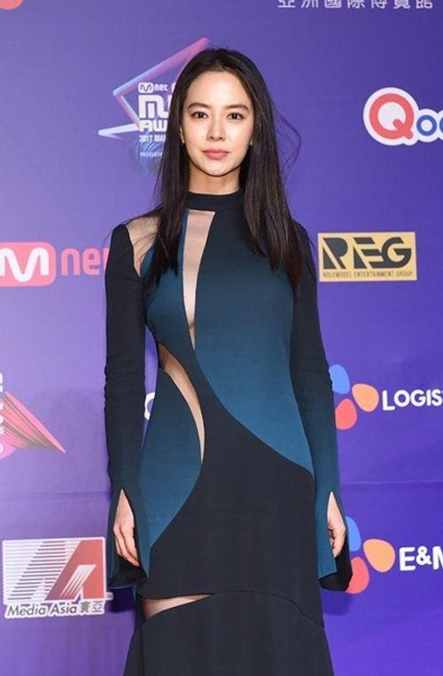 Những khoảnh khắc thời trang ấn tượng của sao Hàn trong năm 2017 - Ảnh 3