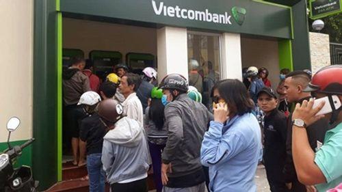 """""""Chật vật"""" rút tiền từ cây ATM ngày cận Tết - Ảnh 1"""