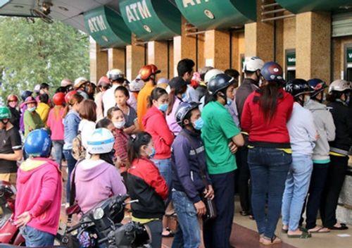 """""""Chật vật"""" rút tiền từ cây ATM ngày cận Tết - Ảnh 3"""
