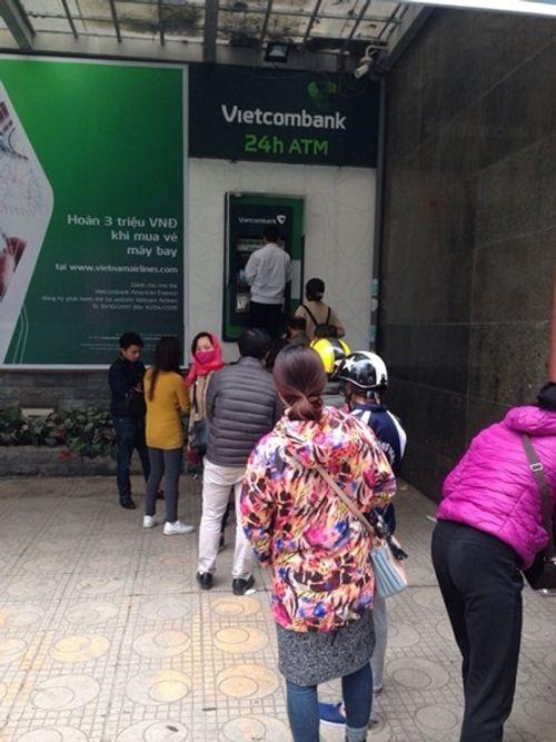 """""""Chật vật"""" rút tiền từ cây ATM ngày cận Tết - Ảnh 6"""