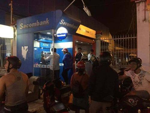 """""""Chật vật"""" rút tiền từ cây ATM ngày cận Tết - Ảnh 7"""