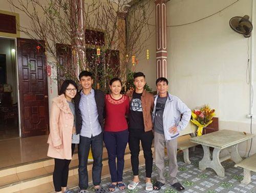 Dàn cầu thủ U23 đón Tết: Làm từ thiện, ra chợ bán thịt lợn giúp mẹ - Ảnh 6
