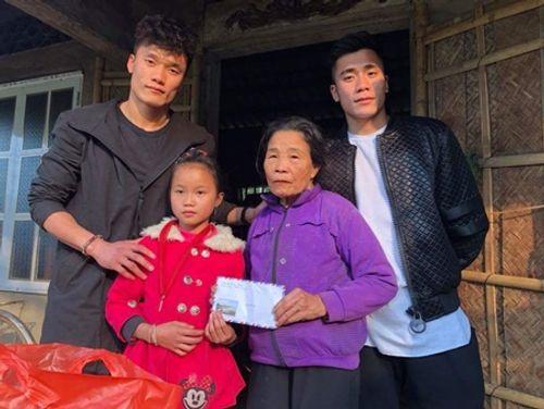 Dàn cầu thủ U23 đón Tết: Làm từ thiện, ra chợ bán thịt lợn giúp mẹ - Ảnh 3