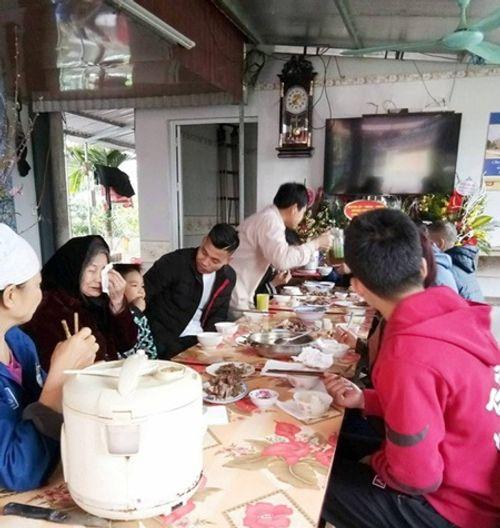 Dàn cầu thủ U23 đón Tết: Làm từ thiện, ra chợ bán thịt lợn giúp mẹ - Ảnh 5
