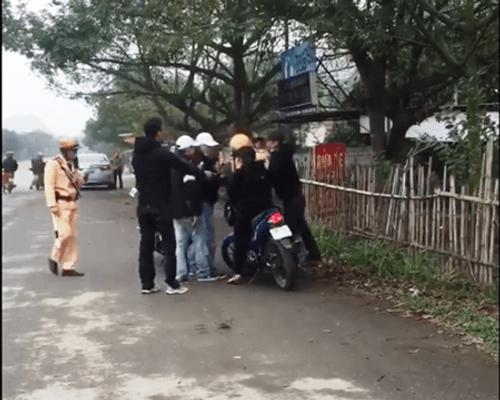 Nhóm thanh niên dàn hàng ngang bóp còi inh ỏi trên đường, thách thức CSGT - Ảnh 4