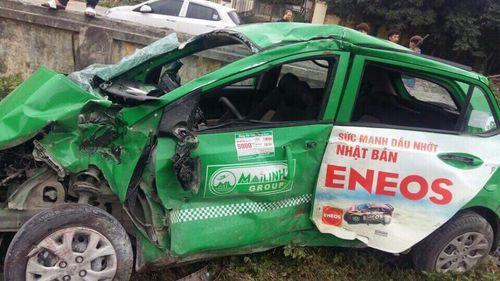 Taxi bị tàu hỏa tông văng nát, tài xế tử vong tại chỗ - Ảnh 1